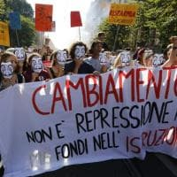 Roma, il corteo degli studenti contro i tagli del governo: maschere di Salvador Dalì,