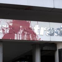 """Roma, vernice rossa e fumogeni davanti alla sede di Autostrade. """"Nazionalizzare ora"""""""
