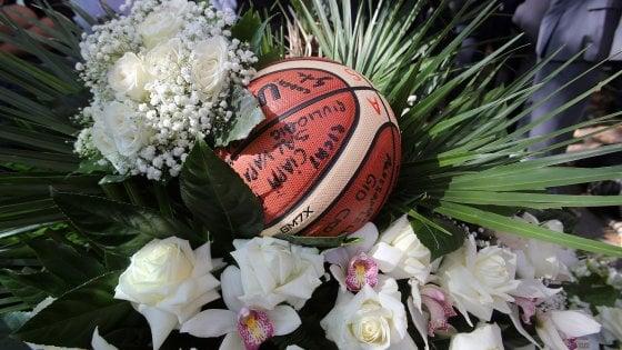 """""""Ciao Tommy, ragazzo d'altri tempi"""": i funerali dello studente investito sulla Nomentana a Roma"""