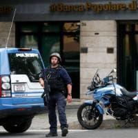 Roma, bucano la parete, entrano in banca e minacciano dipendenti: colpo