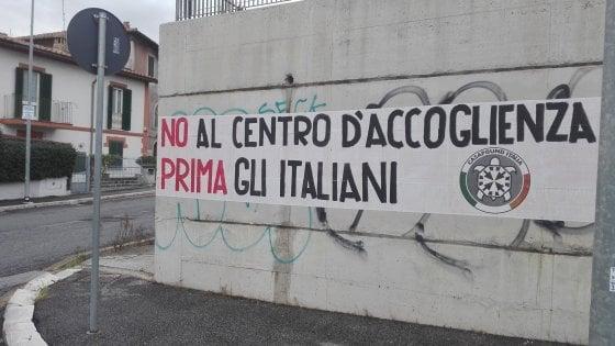 """Roma, presidio di Casapound contro il centro per migranti: """"Prima gli italiani"""""""