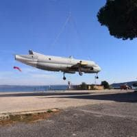 """L'ultimo volo dell'Atlantic: il """"cacciatore di sommergibili"""" appeso all'elicottero"""