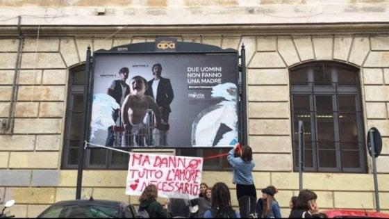 """Manifesti omofobi a Roma, la sindaca Raggi ordina la rimozione: """"Offendono tutti i cittadini"""""""