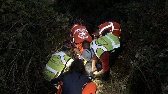 Primavalle, precipita nella scarpata e resta bloccato: salvo uomo di 72 anni vegliato dal suo cane fino all'arrivo dei soccorsi