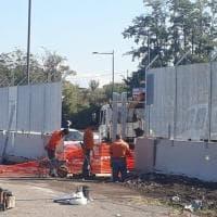 """Roma, piazzale Maslax, intorno al presidio spuntano reti e barriere: """"Nessuna comunicazione ufficiale"""""""