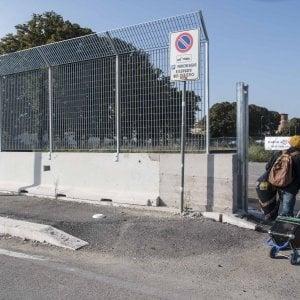 """Roma,  il muro attorno ai migranti alla Tiburtina: """" Sgomberati? Sarà peggio"""""""