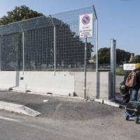 Roma,  il muro attorno ai migranti alla Tiburtina: