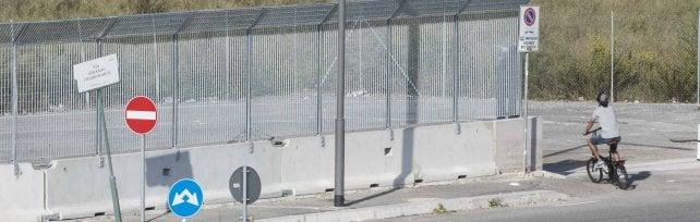 """Scontro sul muro attorno ai migranti alla Tiburtina: """" Sgomberati? Sarà peggio""""   foto"""