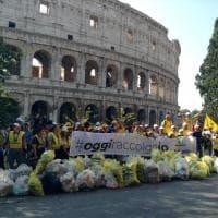 Roma, #oggiraccolgoio centinaia di residenti e volontari puliscono il Colosseo