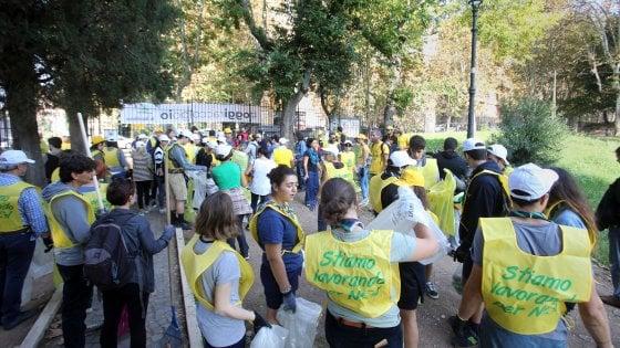Roma, in 200 al Colosseo per partecipare a #oggiraccolgoio