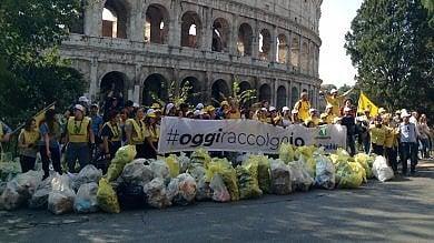 #oggiraccolgoio al Colosseo    video   -    foto     cittadini e volontari per pulire la città