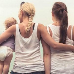 Fiumicino, sindaco iscrive ad anagrafe bimba con due mamme