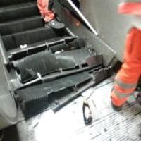 Metro Roma, crolla scala mobile, chiusa stazione Repubblica