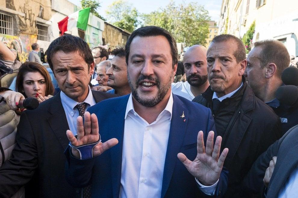"""Roma, urla e cori contro Salvini a San Lorenzo: """"Sei uno sciacallo"""". Lui promette linea dura"""