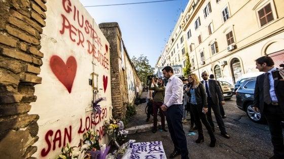 """Morte Desirée, fischi e applausi per Salvini. Lui va via, poi torna per lasciare una rosa. Raggi: """"Stop alcol dopo le 21"""""""