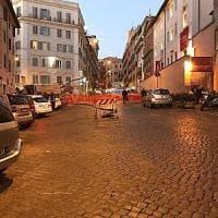Roma, rischio voragine in via Crispi. Strada chiusa, traffico in tilt tra il Tritone e il Pincio