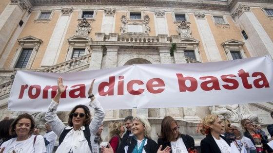 """Romadicebasta, migliaia in piazza del Campidoglio contro il degrado. Cori contro Raggi: """"Dimissioni"""""""