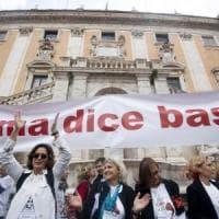 Romadicebasta, migliaia in piazza del Campidoglio contro il degrado. Cori contro Raggi: