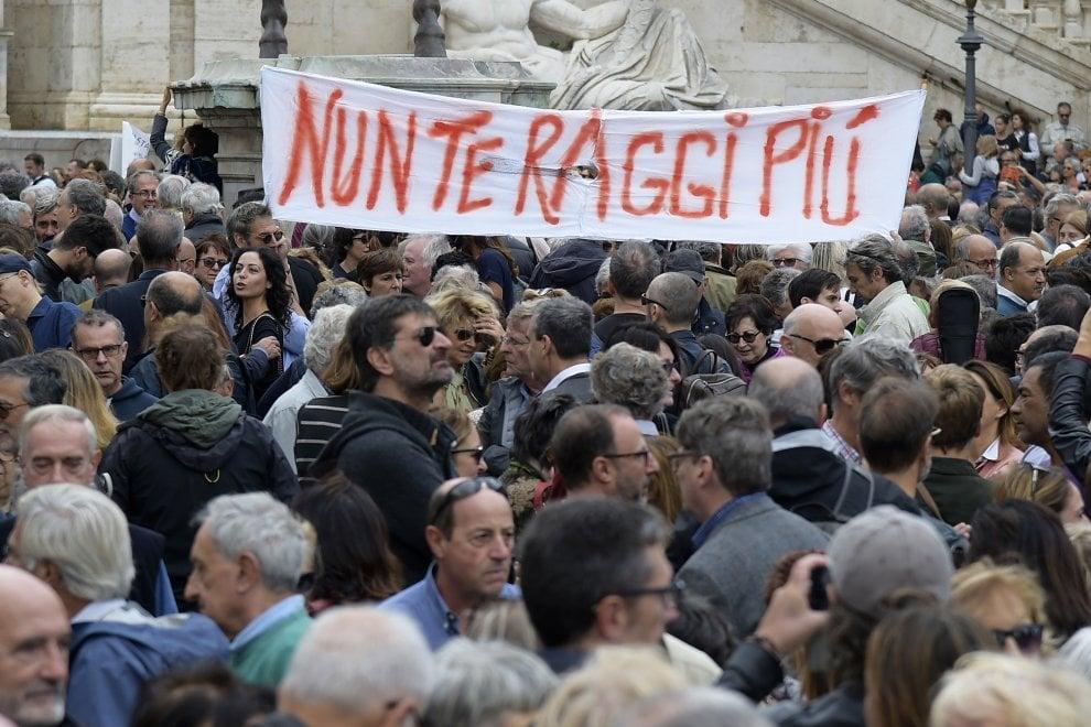 #Romadicebasta, gli striscioni della protesta sotto al Campidoglio