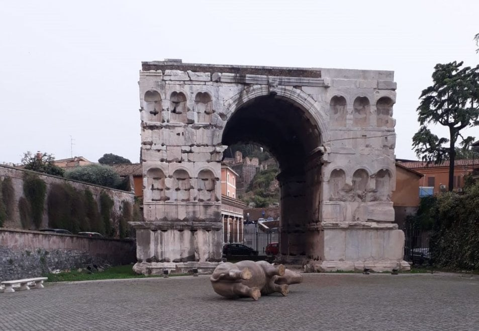 Maltempo a Roma, si ribalta anche il Rhynoceros griffato Fendi