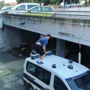 Roma, parkour sulle auto dei vigili: Polizia Locale ferma 5 ragazzi