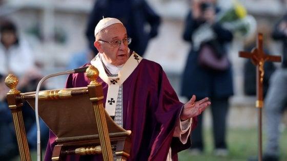 Roma, duemila fedeli al cimitero Laurentino per la messa con papa Francesco
