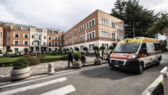 Roma, rogo all'ospedale San Pietro: struttura al buio, evacuazione per tutti i pazienti poi la chiusura