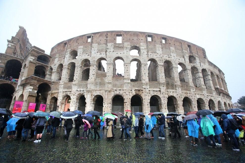Roma, tutti in fila sotto l'ombrello per entrare al Colosseo
