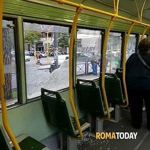 Roma, scoppia il vetro del tram 19 su via Prenestina. Feriti due passeggeri