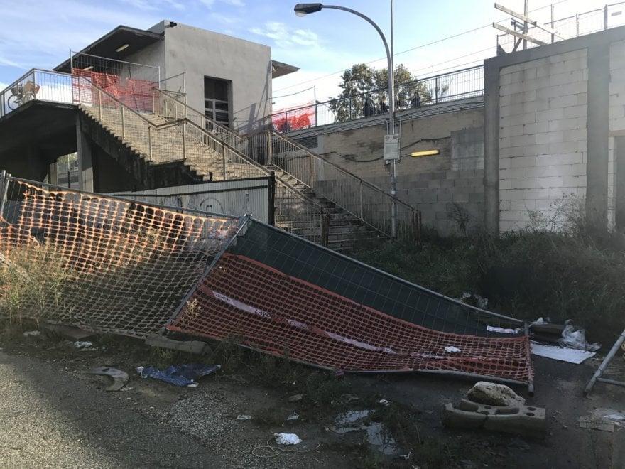 Roma, Tor di Valle, la stazione della vergogna: servizi igienici fuori uso e pedana traballante per raggiungere i treni