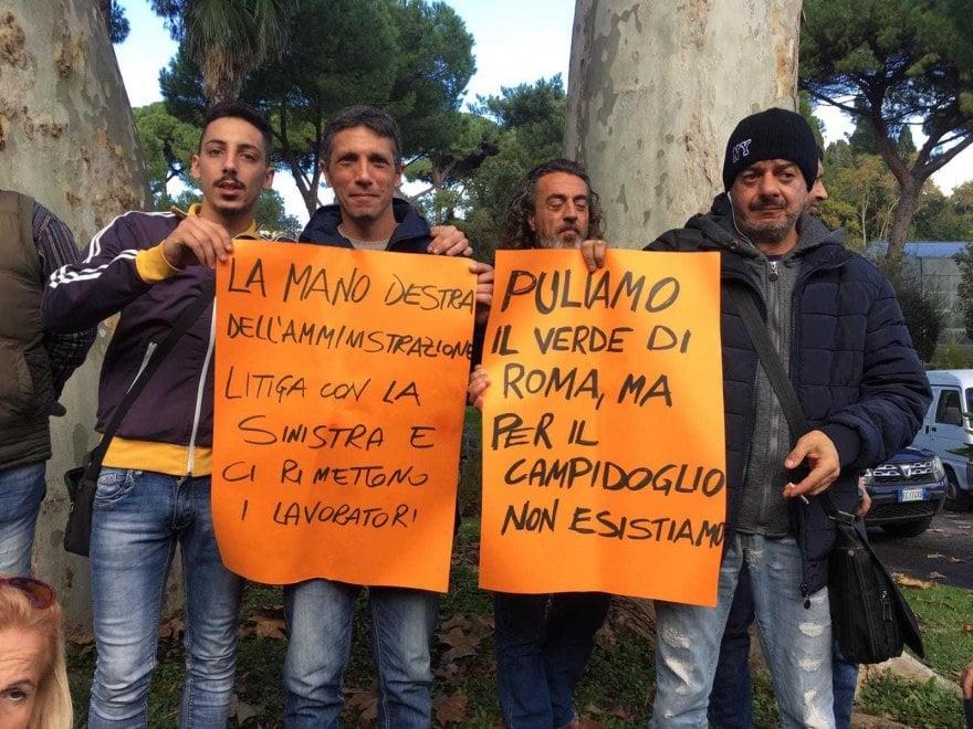 """Roma, ex manutentori civici occupano assessorato all'ambiente: """"Puliamo il verde ma per il Campidoglio non esistiamo"""""""