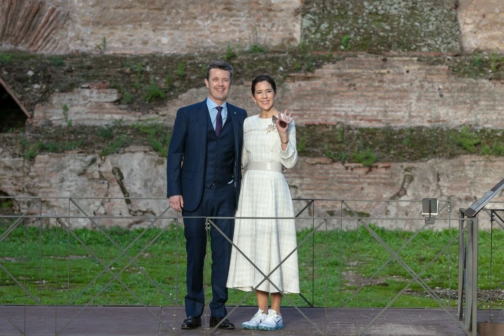 Roma, la principessa Mary in sneakers, visita comoda alle Terme di Caracalla
