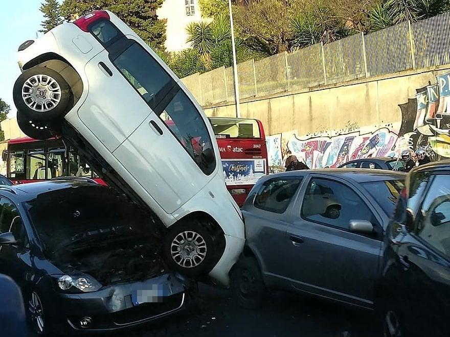 Roma, maxi tamponamento sulla Portuense: auto si ribalta e finisce sopra un'altra vettura. Quattro feriti