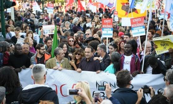Roma, corteo antirazzista da piazza della Repubblica a San Giovanni. Applausi per Mimì Lucano. Muore etiope per un malore