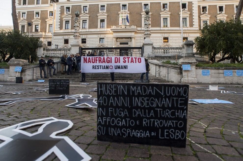 """Immigrazione, flash mob della Rete Restiamo Umani davanti al Viminale: """"Basta Naufragi di Stato"""""""