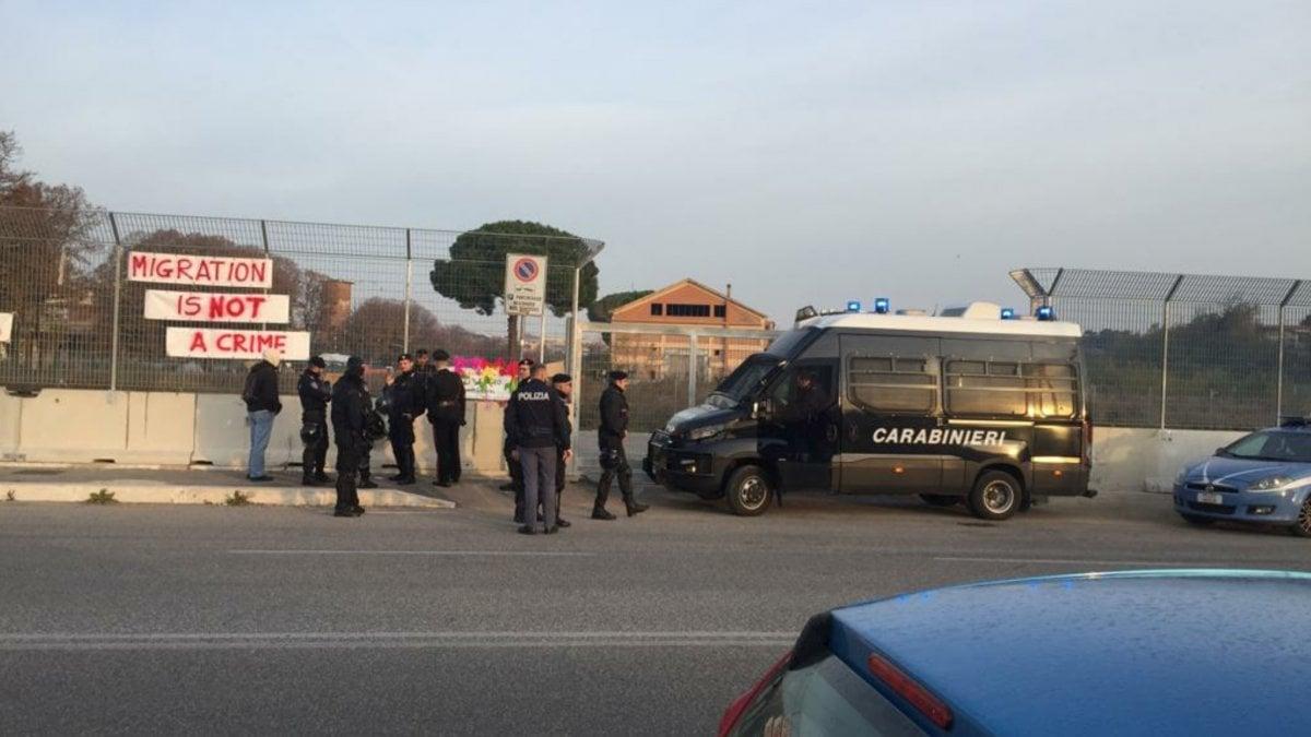 """Roma, scatta lo sgombero del centro Baobab che ospita centinaia di migranti: tensione. Salvini: """"Dalle parole ai fatti"""" - Repubblica.it"""