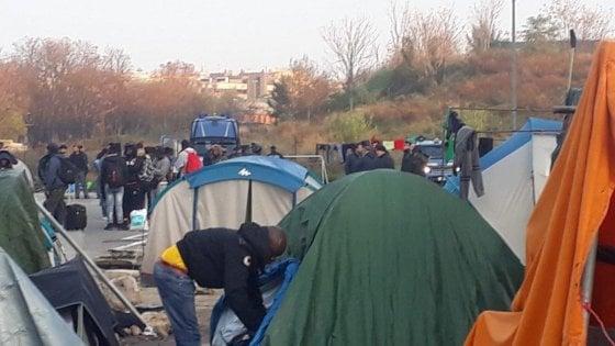 """Roma, Baobab smantellato: """"Centinaia di migranti in strada"""". E Salvini rilancia: """"Altri 27 sgomberi in città. Casapound? Si farà"""""""