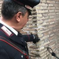 Roma: 17enne inglese incide le iniziali del suo nome sul Colosseo. Denunciata