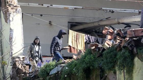 """Roma, i migranti dell'ex fabbrica penicillina: """"Non siamo delinquenti, siamo solo poveri, dateci un'alternativa"""""""
