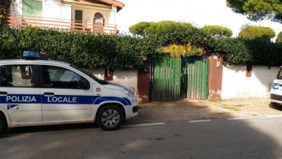 Lavinio, ex operaio Fiat muore in casa. I vigili scoprono moglie e quattro figli denutriti tra cumuli di rifiuti