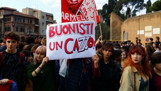 Roma, migliaia di studenti in piazza per chiedere più fondi all'Istruzione. Slogan contro Salvini e carbone per Bussetti