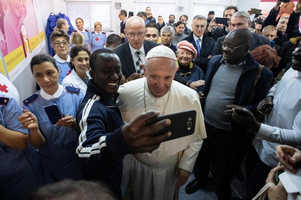 Roma, il Papa visita a sorpresa il presidio sanitario in piazza San Pietro