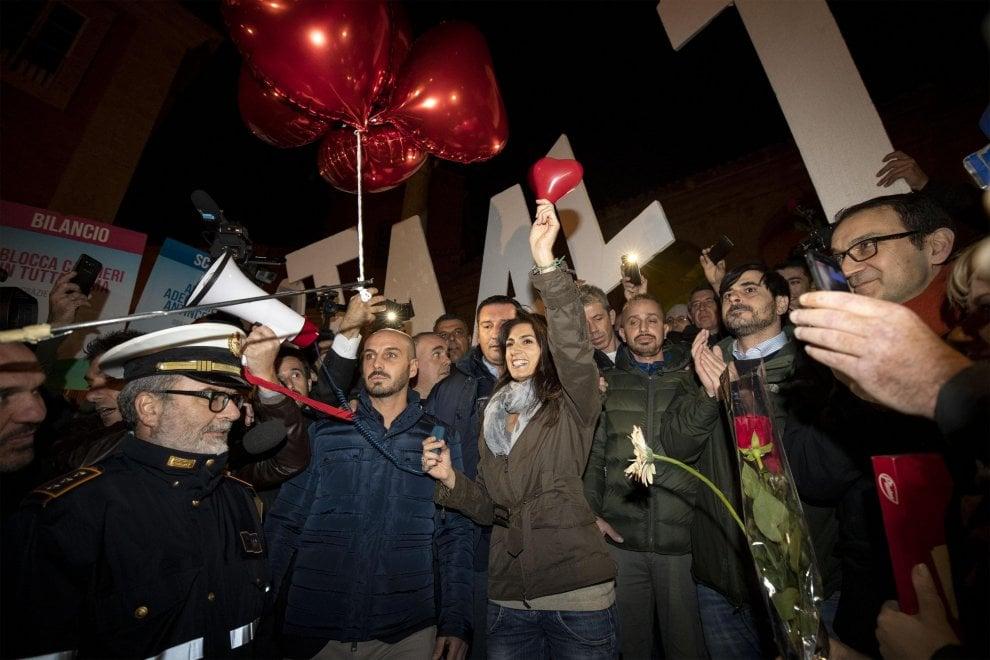 Roma, sit in per sostenere Raggi in piazza del Campidoglio