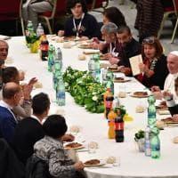 Il Papa a tavola con i bisognosi in Vaticano: il pranzo nell'aula Paolo VI