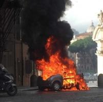 Roma, minicar a fuoco in pieno centro, paura al Viscontino