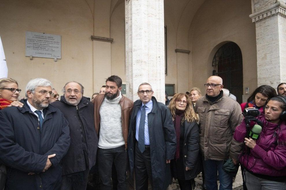 """Ostia, presidio per il giornalista Federico Ruffo, vittima di una intimidazione: """"Qui per difendere il diritto e la libertà di informare"""""""