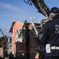 Roma, al via le demolizioni per rendere inagibili villette dei Casamonica