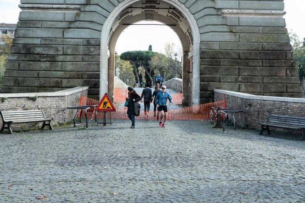 Roma, calcinacci a Ponte Milvio: danneggiata la palombella della torretta