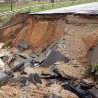 Maltempo Lazio, auto dentro voragine sulla Pontina: un ferito e un disperso