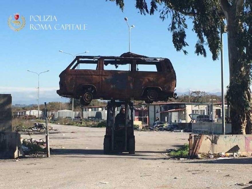 Roma, Castel Romano: polizia locale rimuove 150 veicoli bruciati al campo rom